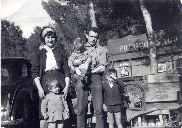 La familia Ferri junto al camión de reparto en 1965