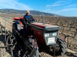 Vicente manejando el tractor